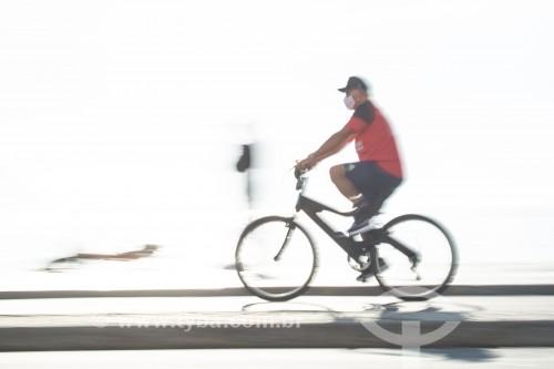 Ciclista na ciclovia do calçadão de Copacabana - Rio de Janeiro - Rio de Janeiro (RJ) - Brasil