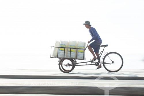 Transporte de gelo em triciclo na ciclovia da Praia de Copacabana - Rio de Janeiro - Rio de Janeiro (RJ) - Brasil