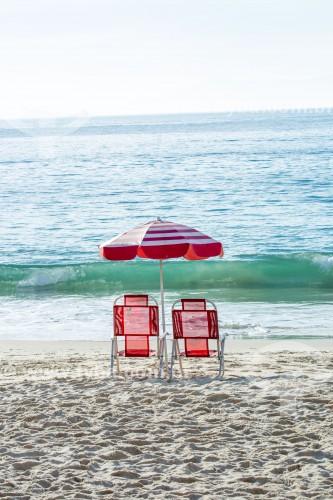 Cadeiras de praia e guarda-sol na orla da Praia de Copacabana - Rio de Janeiro - Rio de Janeiro (RJ) - Brasil