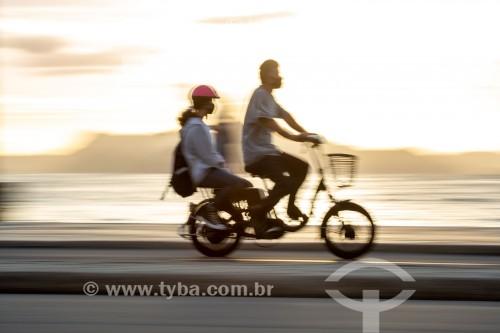 Ciclistas na ciclovia do calçadão de Copacabana - Rio de Janeiro - Rio de Janeiro (RJ) - Brasil
