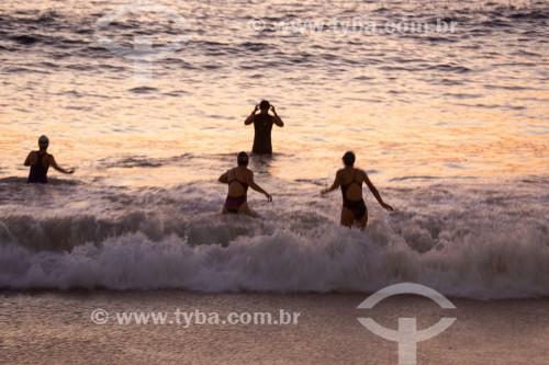 Nadadores entrando no mar na Praia de Copacabana - Rio de Janeiro - Rio de Janeiro (RJ) - Brasil