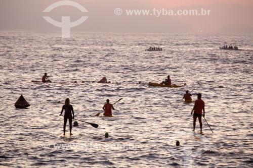 Praticantes de Canoa Havaiana, Stand up paddle, natação e caiaque no posto 6 da Praia de Copacabana  - Rio de Janeiro - Rio de Janeiro (RJ) - Brasil