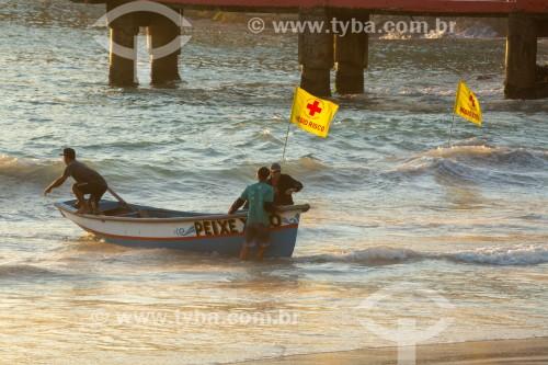 Barco de pesca saindo do mar - Colônia de pescadores Z-13 - no Posto 6 da Praia de Copacabana - Rio de Janeiro - Rio de Janeiro (RJ) - Brasil