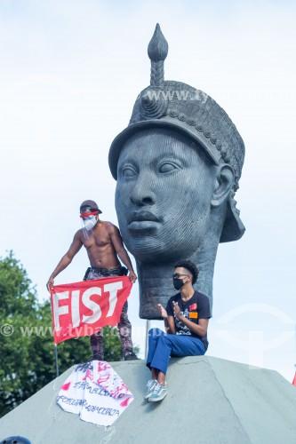 Ativistas no monumento à Zumbi dos Palmares -  Manifestação em oposição ao governo do presidente Jair Messias Bolsonaro - Rio de Janeiro - Rio de Janeiro (RJ) - Brasil