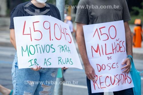 Cartazes com críticas à política de vacinação contra a Covid-19 -  Manifestação em oposição ao governo do presidente Jair Messias Bolsonaro - Rio de Janeiro - Rio de Janeiro (RJ) - Brasil