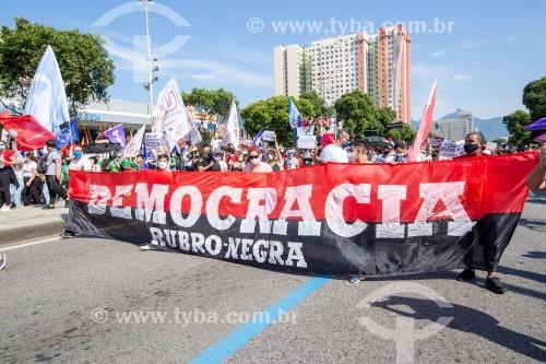 Faixa Democracia Rubro-negra -  Manifestação em oposição ao governo do presidente Jair Messias Bolsonaro - Rio de Janeiro - Rio de Janeiro (RJ) - Brasil