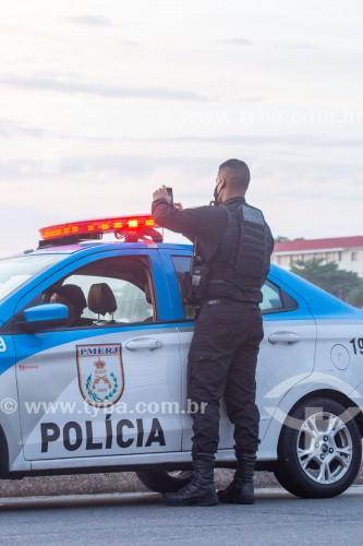 Policial Militar fotografando com telefone celular o nascer do sol na Praia de Copacabana - Rio de Janeiro - Rio de Janeiro (RJ) - Brasil