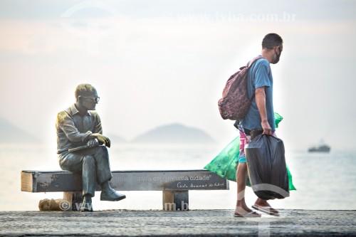 Catador de lixo próximo à estátua do poeta Carlos Drummond de Andrade - Rio de Janeiro - Rio de Janeiro (RJ) - Brasil