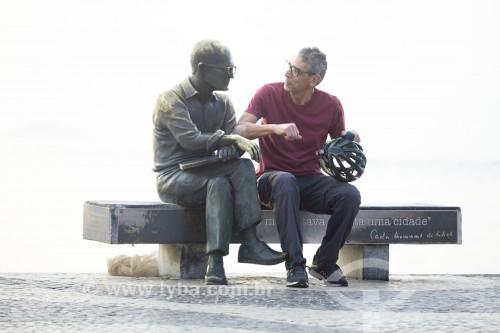 Fotógrafo Oscar Cabral na estátua do poeta Carlos Drummond de Andrade - Rio de Janeiro - Rio de Janeiro (RJ) - Brasil