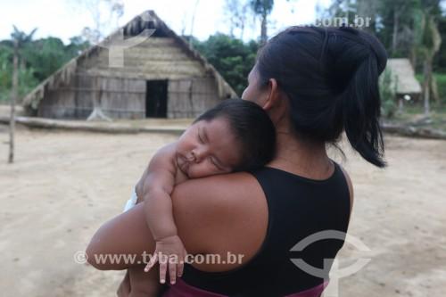 Mulher indígena com bebê na aldeia Tatuyo no Rio Negro - Manaus - Amazonas (AM) - Brasil