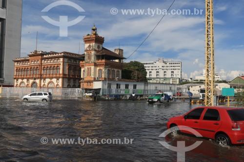 Carros passando por rua alagada no centro histórico de Manaus durante a maior cheia do Rio Negro desde o início dos registros em 1902 - Manaus - Amazonas (AM) - Brasil