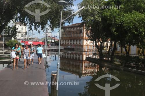 Pedestres em passarelas improvisadas no centro histórico de Manaus  durante a maior cheia do Rio Negro desde o início dos registros em 1902 - Manaus - Amazonas (AM) - Brasil