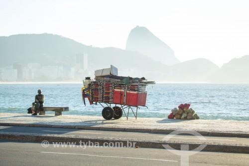 Estátua do poeta Carlos Drummond de Andrade e carrinho de burro-sem-rabo no calçadão da Praia de Copacabana - Rio de Janeiro - Rio de Janeiro (RJ) - Brasil