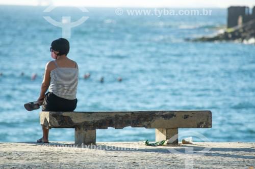 Mulher sentada em banco no calçadão da Praia de Copacabana - Rio de Janeiro - Rio de Janeiro (RJ) - Brasil