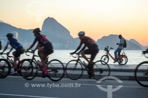 Ciclistas na Avenida Atlântica ao nascer do sol - Pão de Açúcar ao fundo - Rio de Janeiro - Rio de Janeiro (RJ) - Brasil