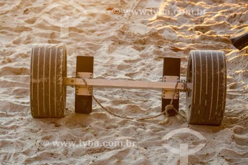 Eixo sobre rodas para transporte de barcos de pequeno porte - Colônia de pescadores Z-13 - no Posto 6 da Praia de Copacabana - Rio de Janeiro - Rio de Janeiro (RJ) - Brasil