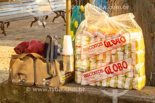 Galão de mate com copos descartáveis de plástico e saco de biscoitos de polvilho GLOBO - Rio de Janeiro - Rio de Janeiro (RJ) - Brasil