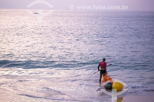 Instrutor de natação entrando no mar com caiaque e bóias sinalizadoras - Rio de Janeiro - Rio de Janeiro (RJ) - Brasil