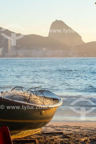 Barco de pesca e rede de pesca - Colônia de pescadores Z-13 - no Posto 6 da Praia de Copacabana - Rio de Janeiro - Rio de Janeiro (RJ) - Brasil
