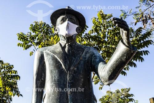 Estátua com máscara de proteção facial na Praça Benjamim Duarte - São João Batista - Santa Catarina (SC) - Brasil