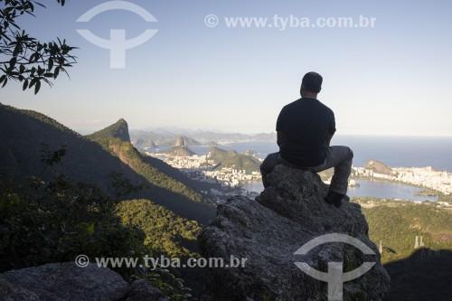 Homem observando a cidade a partir da trilha do Morro do Queimado com o Cristo Redentor e o Pão de Açúcar ao fundo  - Rio de Janeiro - Rio de Janeiro (RJ) - Brasil