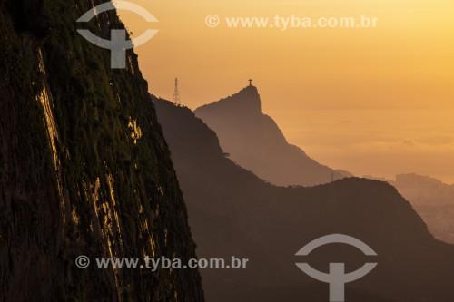 Amanhecer visto da Pedra da Gávea com Cristo Redentor ao fundo - Rio de Janeiro - Rio de Janeiro (RJ) - Brasil