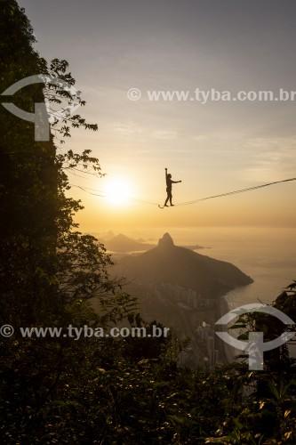 Praticante de slackline na Pedra da Gávea com São Conrado e Morro Dois Irmãos ao fundo  - Rio de Janeiro - Rio de Janeiro (RJ) - Brasil