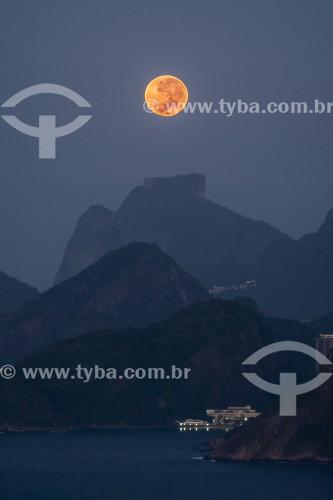 Lua cheia sobre as montanhas do Rio de Janeiro - Vista do Parque da Cidade de Niterói - Niterói - Rio de Janeiro (RJ) - Brasil