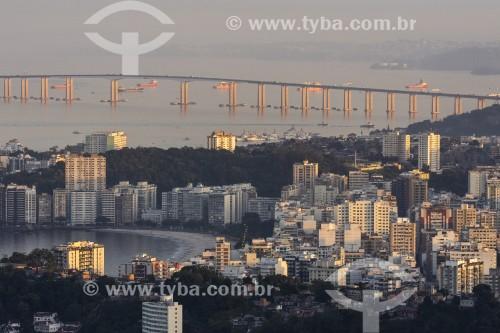 Vista de prédios na Praia de Icaraí com Ponte Rio-Niterói ao fundo - Niterói - Rio de Janeiro (RJ) - Brasil