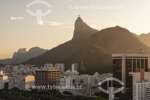 Vista de prédios da orla da Praia de Botafogo com o Cristo Redentor ao fundo - Rio de Janeiro - Rio de Janeiro (RJ) - Brasil