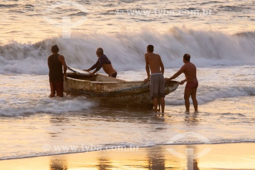 Barco de pesca entrando no mar - Colônia de pescadores Z-13 - no Posto 6 da Praia de Copacabana - Rio de Janeiro - Rio de Janeiro (RJ) - Brasil