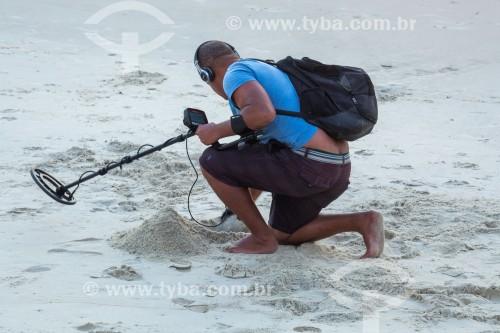 Garimpeiro do mar utilizando detector de metais na Praia de Copacabana - Rio de Janeiro - Rio de Janeiro (RJ) - Brasil