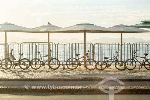 Bicicletas estacionadas em quiosques da Praia de Copacabana - Posto 6  - Rio de Janeiro - Rio de Janeiro (RJ) - Brasil