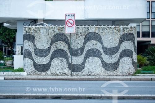 Parede de pedras portuguesas em posto de gasolina com desenho tradicional de ondas do calçadão de Copacabana - Rio de Janeiro - Rio de Janeiro (RJ) - Brasil