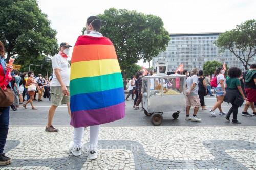 Homem enrolado em bandeira com as cores do Arco Íris, símbolo do movimento LGBTQIA+ -  Manifestação em oposição ao governo do presidente Jair Messias Bolsonaro - Rio de Janeiro - Rio de Janeiro (RJ) - Brasil