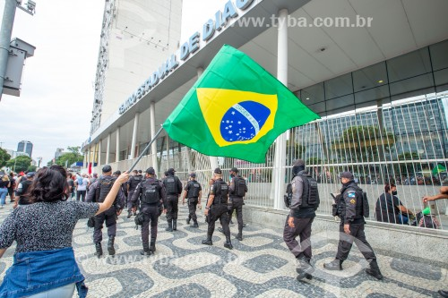 Manifestante segurando bandeira do Brasil -  Manifestação em oposição ao governo do presidente Jair Messias Bolsonaro - Rio de Janeiro - Rio de Janeiro (RJ) - Brasil