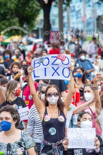 Manifestante segurando cartaz onde se lê (Bozo Lixo) - Manifestação em oposição ao governo do presidente Jair Messias Bolsonaro - Rio de Janeiro - Rio de Janeiro (RJ) - Brasil