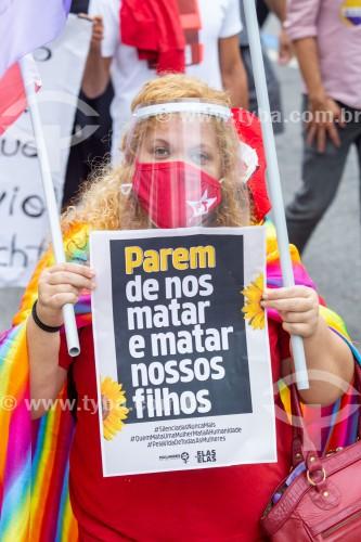 Manifestante segurando cartaz onde se lê (Parem de nos matar e matar nossos filhos) - Manifestação em oposição ao governo do presidente Jair Messias Bolsonaro - Rio de Janeiro - Rio de Janeiro (RJ) - Brasil