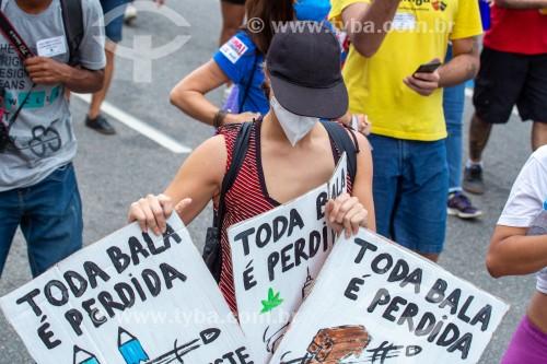 Manifestante segurando cartaz onde se lê (Toda bala é perdida) - Manifestação em oposição ao governo do presidente Jair Messias Bolsonaro - Rio de Janeiro - Rio de Janeiro (RJ) - Brasil