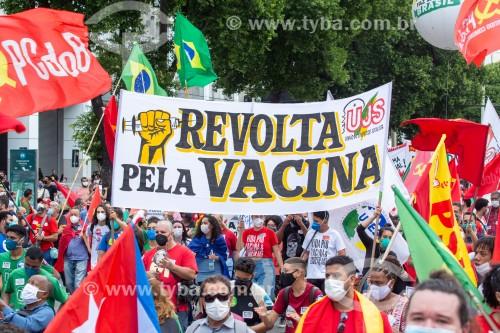 Manifestantes segurando faixa onde se lê (Revolta pela vacina) - Manifestação em oposição ao governo do presidente Jair Messias Bolsonaro - Rio de Janeiro - Rio de Janeiro (RJ) - Brasil