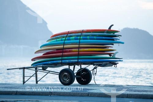 Pranchas de surf em carrinho de burro-sem-rabo no calçadão da Praia de Copacabana - Rio de Janeiro - Rio de Janeiro (RJ) - Brasil