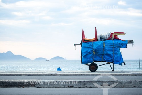 Detalhe de carrinho de burro-sem-rabo com cadeiras de praia na orla da Praia de Copacabana - Rio de Janeiro - Rio de Janeiro (RJ) - Brasil