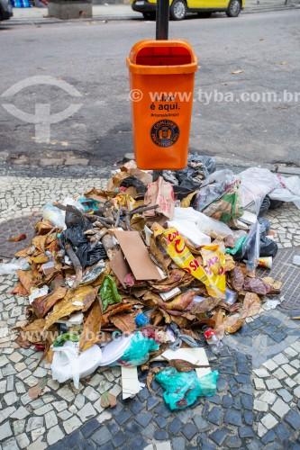 Lixo na calçada ao lado de lata de lixo da Comlurb na Rua Bolívar - Rio de Janeiro - Rio de Janeiro (RJ) - Brasil