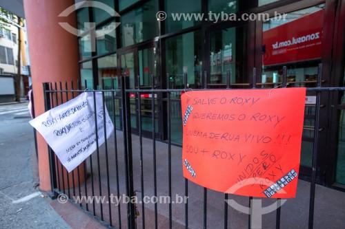 Cartazes contra o fechamento do cinema na fachada do Cinema Roxy - Rio de Janeiro - Rio de Janeiro (RJ) - Brasil