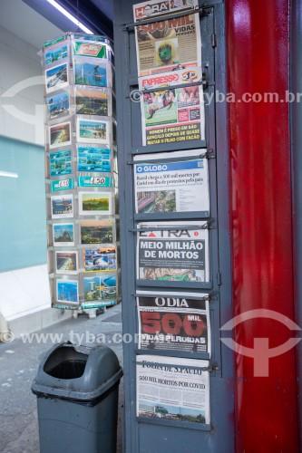Banca de jornal com jornais do dia 20 de junho com manchetes informando que o Brasil contabilizou 500.000 mortos pela Covid 19 - Rio de Janeiro - Rio de Janeiro (RJ) - Brasil