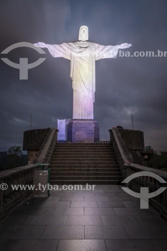 Detalhe da estátua do Cristo Redentor (1931) durante a noite  - Rio de Janeiro - Rio de Janeiro (RJ) - Brasil
