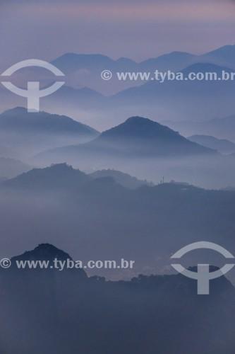 Vista de silhueta de montanhas de Niterói a partir do mirante do Cristo Redentor durante o amanhecer - Rio de Janeiro - Rio de Janeiro (RJ) - Brasil