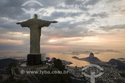 Foto feita com drone do Cristo Redentor com o Pão de Açúcar ao fundo ao amanhecer - Rio de Janeiro - Rio de Janeiro (RJ) - Brasil