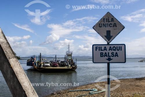 Balsa fazendo transporte de automóveis na Vila da Glória - Baía da Babitonga - São Francisco do Sul - Santa Catarina (SC) - Brasil