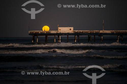 Nascer da lua na Plataforma Maritima de Atlântida - Xangri-lá - Rio Grande do Sul (RS) - Brasil